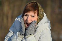 Ung kvinna i halsduk Arkivfoto