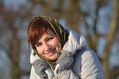 Ung kvinna i halsduk och handskar Arkivfoton