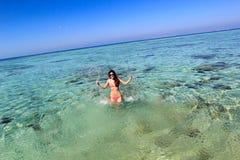 Ung kvinna i havet Arkivfoto