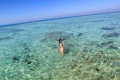 Ung kvinna i havet Arkivfoton