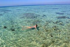 Ung kvinna i havet Royaltyfri Foto