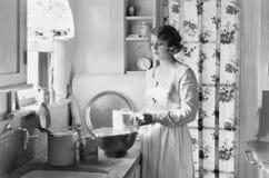 Ung kvinna i hennes kök som bakar (alla visade personer inte är längre uppehälle, och inget gods finns Leverantörgarantier som Arkivbild