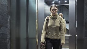 Ung kvinna i hissen fotografering för bildbyråer