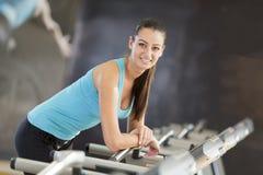 Ung kvinna i idrottshallen royaltyfria foton