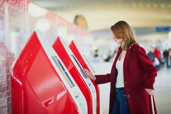 Ung kvinna i internationell flygplats royaltyfri foto