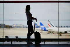 Ung kvinna i internationell flygplats arkivfoto
