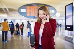 Ung kvinna i internationell flygplats royaltyfria bilder