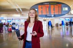 Ung kvinna i internationell flygplats arkivbild