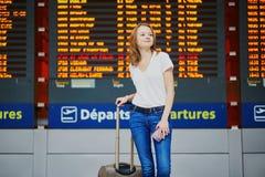 Ung kvinna i internationell flygplats royaltyfria foton