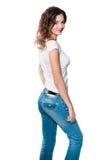 Ung kvinna i jeans som isoleras på white Royaltyfri Fotografi