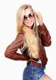 Ung kvinna i jeanskortslutningar Fotografering för Bildbyråer