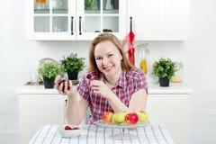 Ung kvinna i kök royaltyfri fotografi
