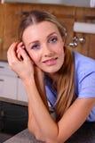 Ung kvinna i köket Royaltyfri Fotografi