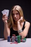 Ung kvinna i kasino med kort och chiper över grå färger royaltyfria foton