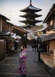 Ung kvinna i kimono Royaltyfri Bild