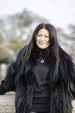 Ung kvinna i kläder av mörk päls Arkivbilder