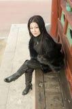 Ung kvinna i kläder av mörk päls Royaltyfria Bilder