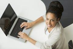 Ung kvinna i kontoret Royaltyfria Bilder