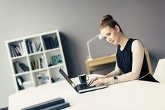 Ung kvinna i kontoret Royaltyfria Foton