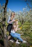 Ung kvinna i krans från gula maskrosor Fotografering för Bildbyråer