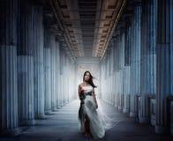 Ung kvinna i kyrkan Arkivfoto
