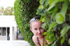 Ung kvinna i lövverket Royaltyfria Bilder