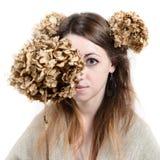 Ung kvinna i lantlig stil med lin och torkade blommor Arkivfoton