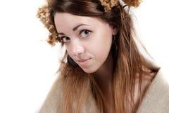 Ung kvinna i lantlig stil med lin och torkade blommor Arkivfoto