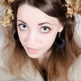 Ung kvinna i lantlig stil med lin och torkade blommor Arkivbilder
