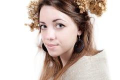 Ung kvinna i lantlig stil med lin och torkade blommor Royaltyfri Bild
