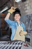 Ung kvinna i locksmitherylärlingskap royaltyfri fotografi