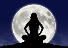 Ung kvinna i meditation på fullmånen Royaltyfri Fotografi
