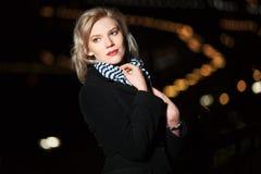 Ung kvinna i natten Fotografering för Bildbyråer