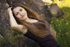 Ung kvinna i natur Royaltyfri Bild