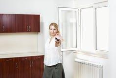 Ung kvinna i ny lägenhet royaltyfria foton