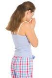 Ung kvinna i pajamas som ber för sömn arkivbilder
