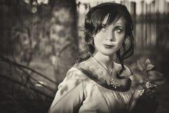 Ung kvinna i parken Arkivfoton