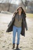 Ung kvinna i parken Royaltyfri Fotografi