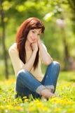 Ung kvinna i parkera Arkivfoton