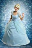 Ung kvinna i prinsessan Outfit fotografering för bildbyråer