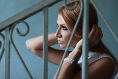 Ung kvinna i profil fotografering för bildbyråer