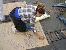 Ung kvinna i protest i Bogota, Colombia Royaltyfri Foto