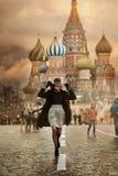 Ung kvinna i röd fyrkant för Moskva royaltyfri foto