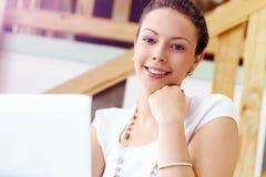 Ung kvinna i regeringsställning Arkivfoto