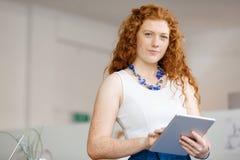 Ung kvinna i regeringsställning royaltyfri foto