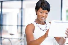 Ung kvinna i regeringsställning som använder minnestavlan Royaltyfria Bilder