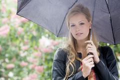 Ung kvinna i regnet Royaltyfri Fotografi