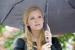 Ung kvinna i regnet Royaltyfria Foton