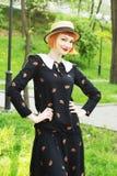 Ung kvinna i retro stil för klänning Royaltyfri Foto