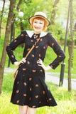 Ung kvinna i retro stil för klänning Arkivbilder